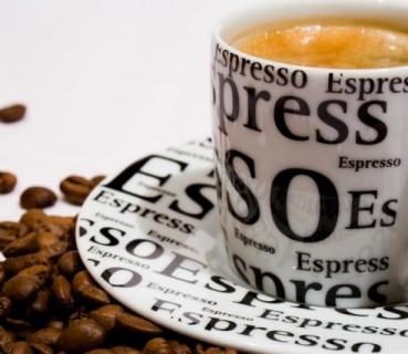 Bere il caffè rende più corretti sul lavoro